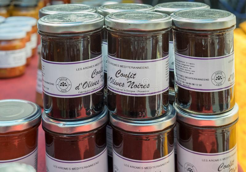El hogar hizo las aceitunas negras el confit vendido en el mercado local en Provence fotografía de archivo
