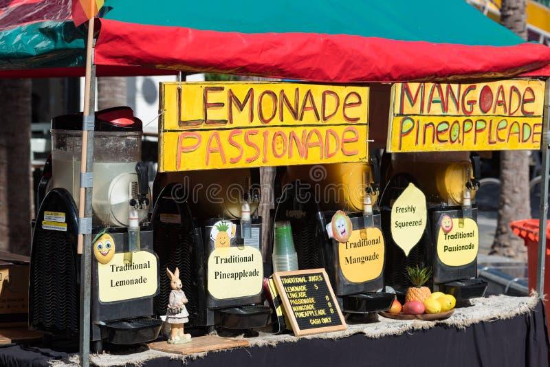 El hogar hizo las limonadas en la parada de la comida del borde de la carretera imagen de archivo