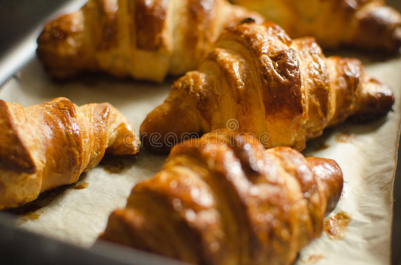 El hogar hizo los croissants foto de archivo