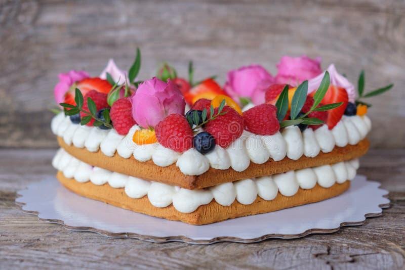 El hogar hizo el pastel de bodas en forma de corazón fotos de archivo