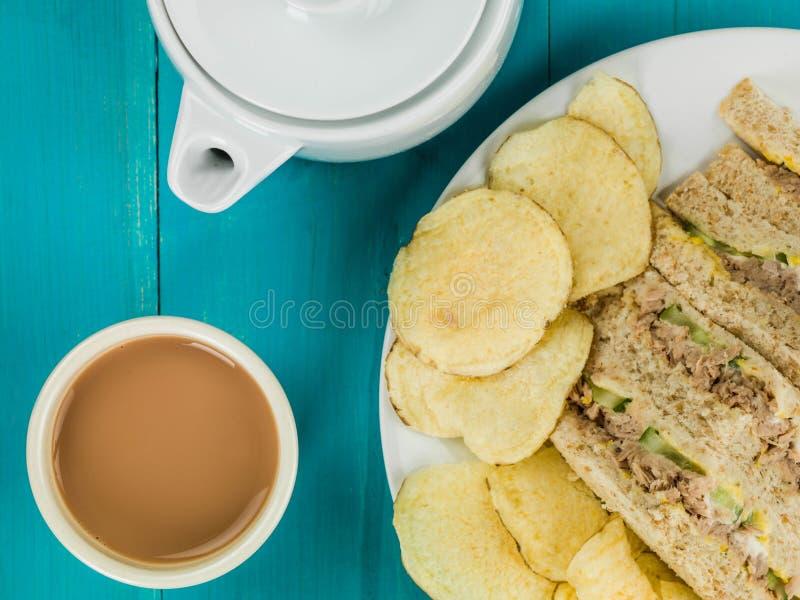 El hogar hizo Tuna Sweetcorn y el bocadillo del pan de la harina de avena del pepino con la patata C foto de archivo