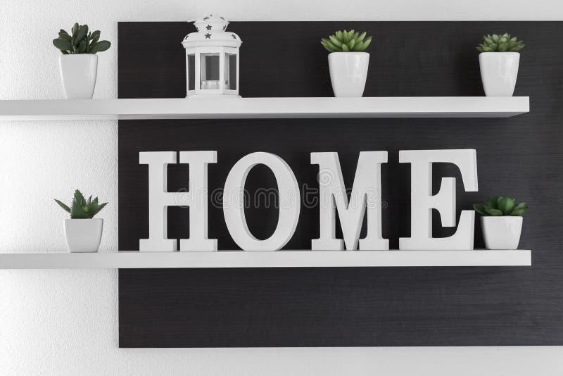 El hogar pone letras a la decoración en el estante blanco fotografía de archivo libre de regalías