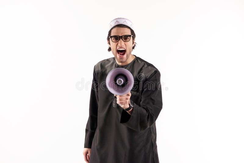 El hombre árabe habla en megáfono Concepto de los avisos imágenes de archivo libres de regalías
