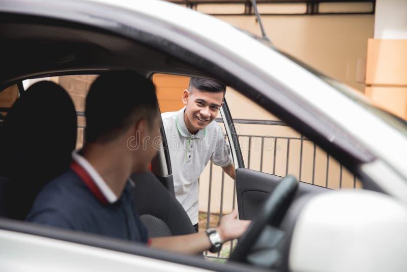 El hombre abre la puerta de coche fotos de archivo libres de regalías