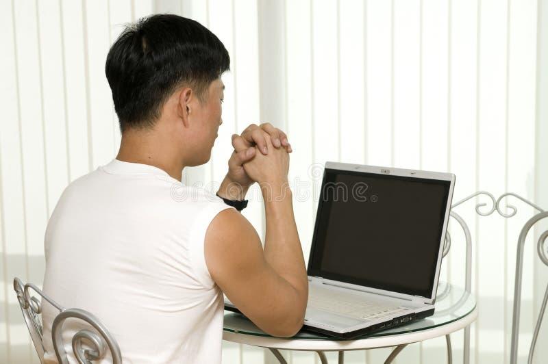 El hombre acertado joven con el ordenador foto de archivo libre de regalías