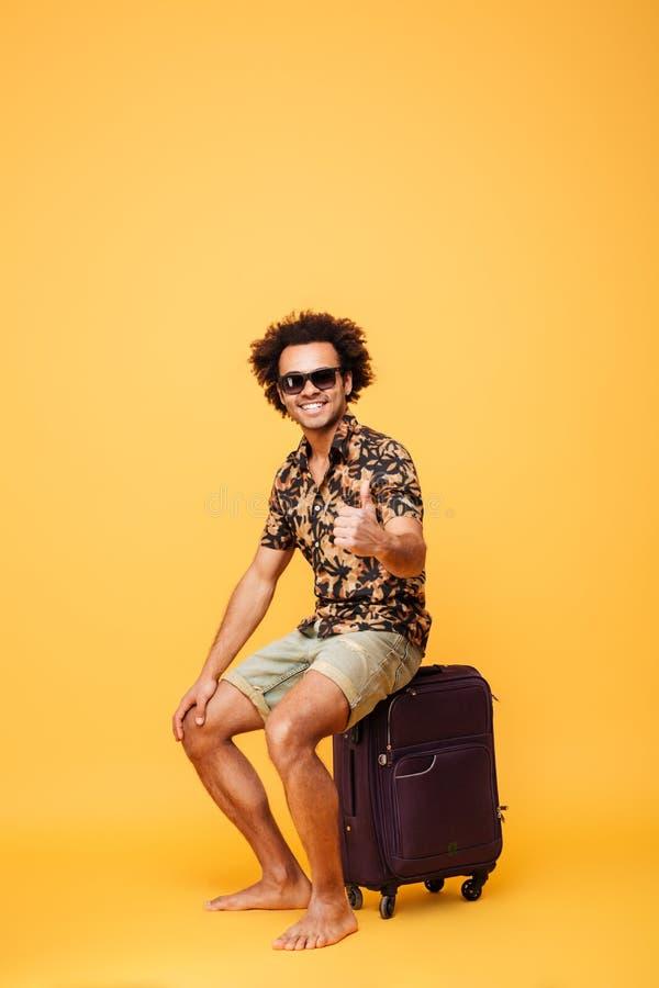 El hombre africano hermoso joven feliz que muestra los pulgares sube gesto imagen de archivo