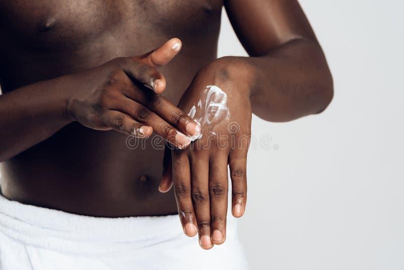 El hombre afroamericano mancha las manos fotos de archivo