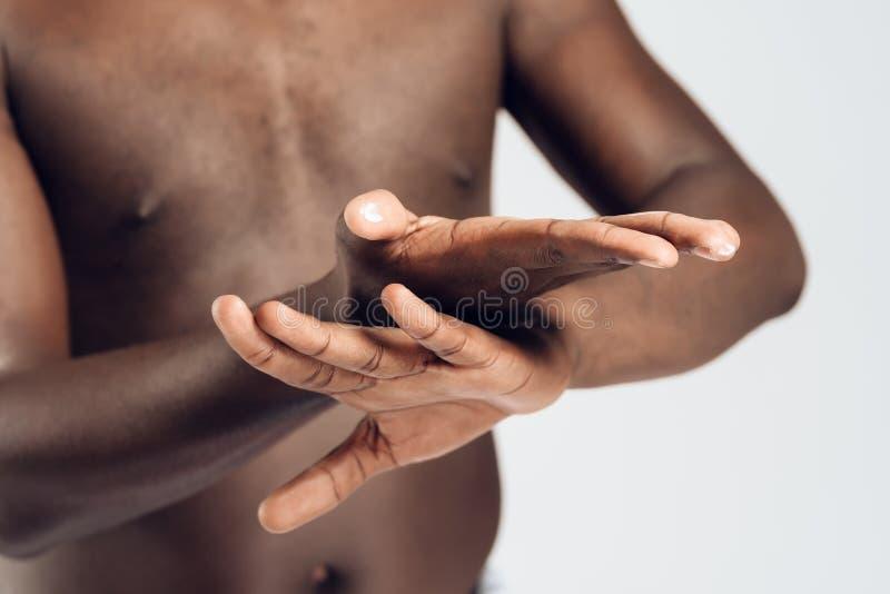 El hombre afroamericano mancha las manos foto de archivo libre de regalías