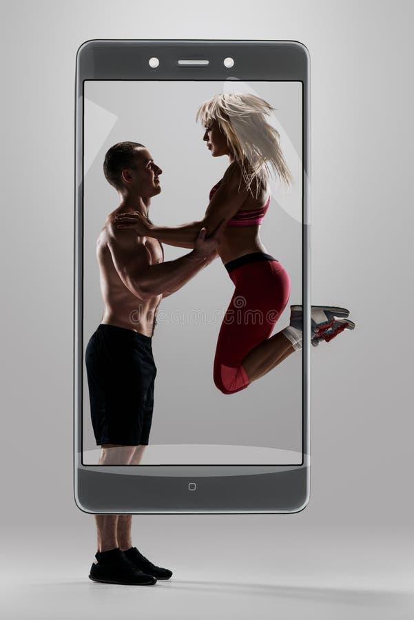 El hombre apoya a la mujer para el salto fotos de archivo libres de regalías
