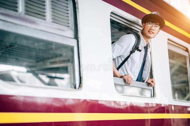 El hombre asiático es viajero, él está esperando su tren foto de archivo libre de regalías