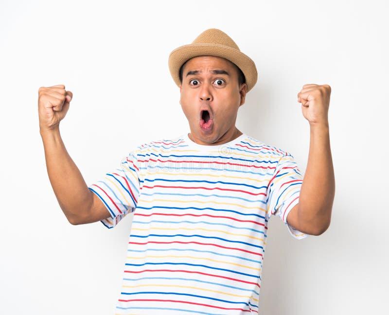 El hombre asiático joven con el sombrero siente choque y sorpresa con excesivamente la expresión de la cara fotografía de archivo libre de regalías