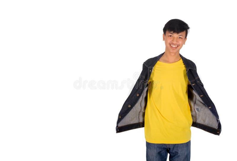 El hombre asiático muestra la camisa amarilla debajo de su chaqueta foto de archivo libre de regalías
