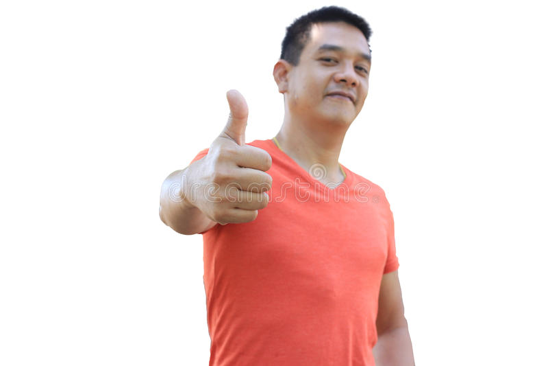 El hombre asiático se está colocando y pulgar para arriba en el fondo blanco fotografía de archivo