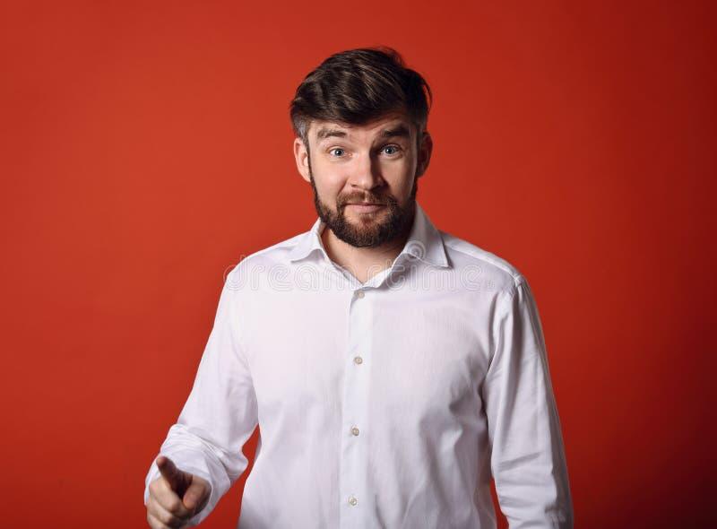 El hombre asombrosamente de la diversión y emocionado barbudo emocional tiene una idea encendido imagen de archivo libre de regalías