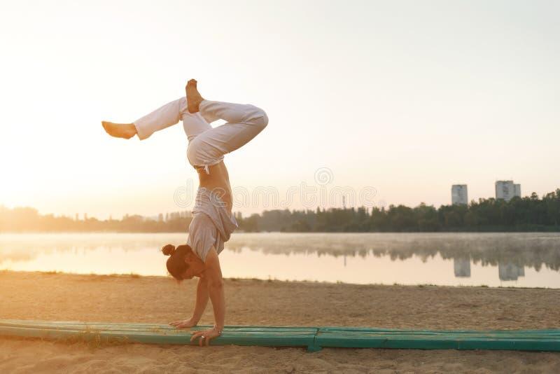 El hombre atlético joven que hace yoga presenta cerca del lacke imágenes de archivo libres de regalías