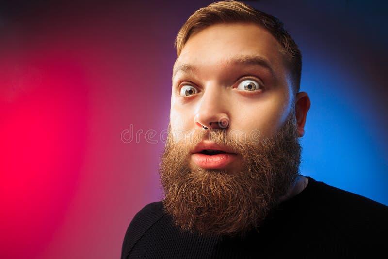 El hombre atractivo joven que parece sorprendido fotos de archivo