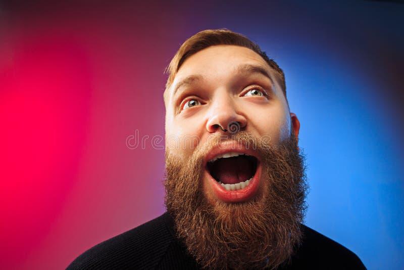 El hombre atractivo joven que parece sorprendido fotografía de archivo libre de regalías