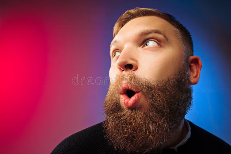 El hombre atractivo joven que parece sorprendido imagen de archivo