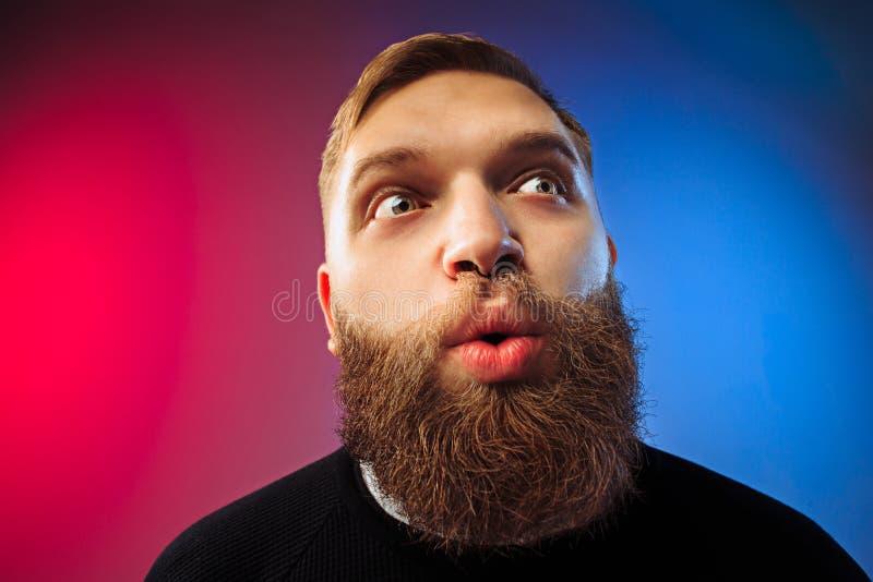 El hombre atractivo joven que parece sorprendido imagenes de archivo
