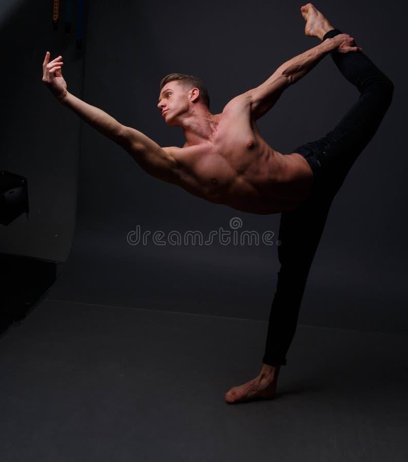 el hombre baila, se divierte, concepto, ballet fotos de archivo libres de regalías