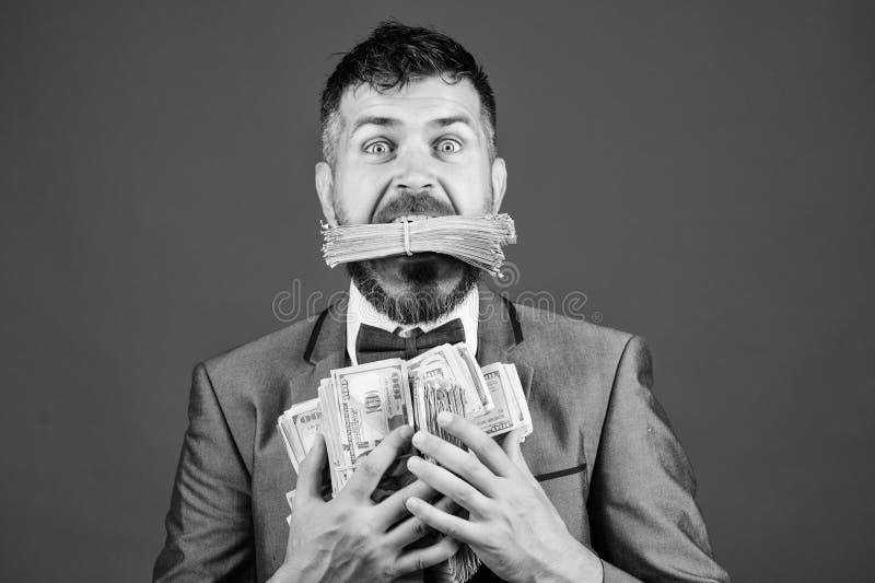 el hombre barbudo feliz tiene mucho dinero ?xito del negocio y del deporte ganar una loter?a hombre de negocios despu?s de la gra imágenes de archivo libres de regalías