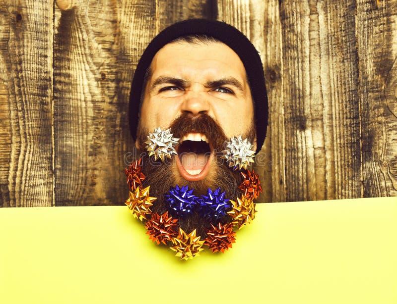 El hombre barbudo, inconformista enojado caucásico brutal con la decoración del regalo protagoniza fotos de archivo