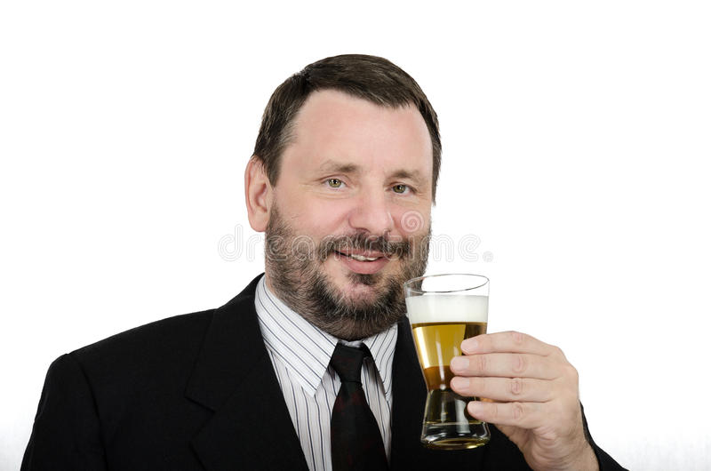 El hombre barbudo tiene una cerveza dorada de la bebida foto de archivo libre de regalías