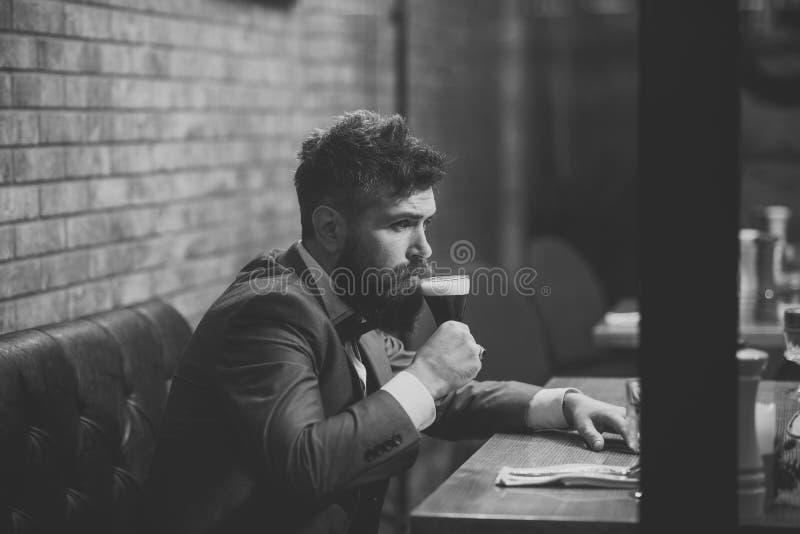 El hombre bebe el coñac Tiempo de la cerveza Sirva la cerveza de consumición en restaurante en la reunión o la fecha fotos de archivo