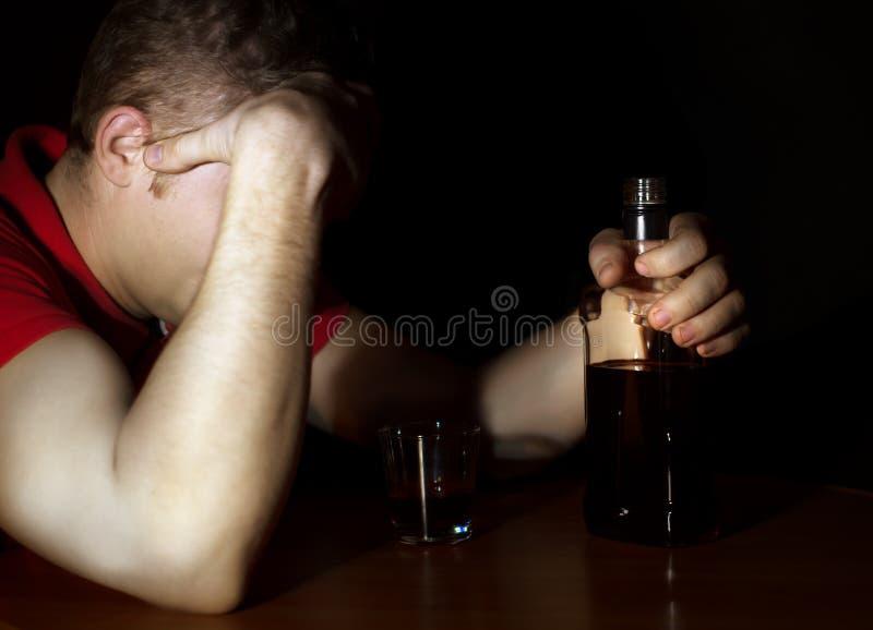 El hombre borracho bebió mucho alcohol imagen de archivo