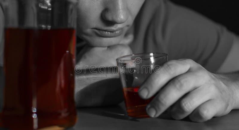 El hombre borracho bebió mucho alcohol fotos de archivo