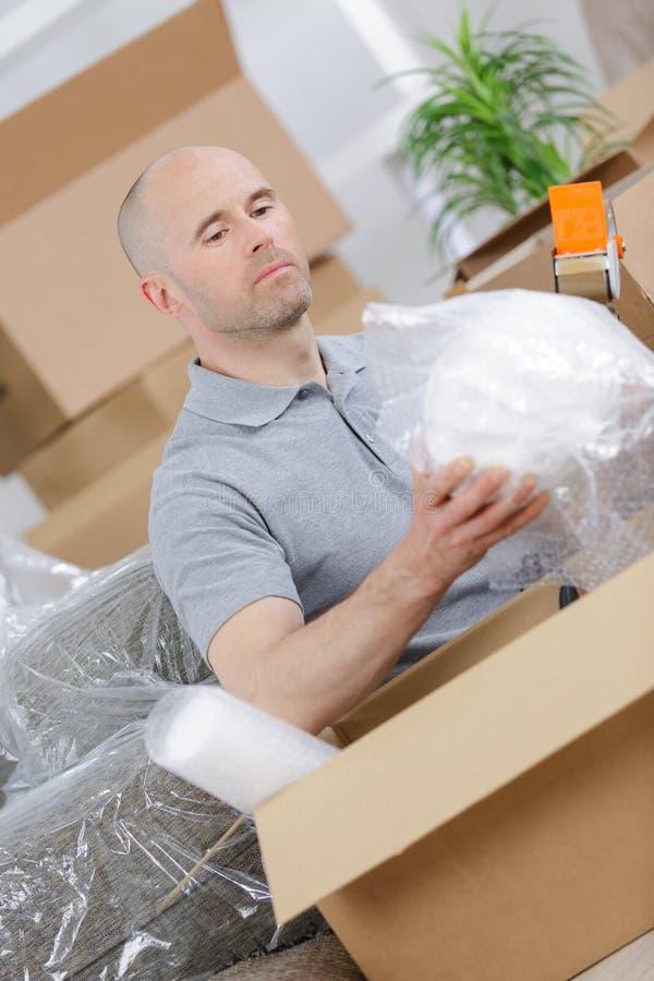 El hombre cae las cajas de cartón imagen de archivo libre de regalías