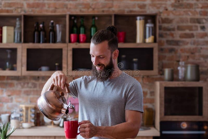 El hombre caliente del café del té del hábito alimentario de la bebida vierte la taza foto de archivo