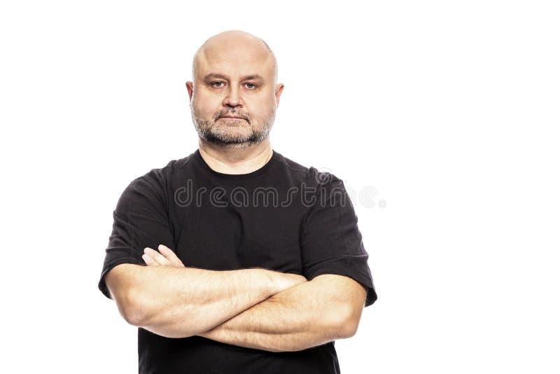 El hombre calvo adulto con los brazos cruzó Aislado en un fondo blanco fotografía de archivo libre de regalías
