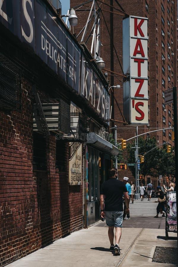 El hombre camina en la calle de Ludlow más allá de la tienda de delicatessen de Katz en Nueva York, los E.E.U.U. fotografía de archivo libre de regalías