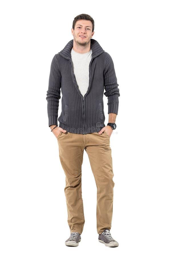 El hombre casual joven sonriente en otoño viste la mirada de la cámara fotografía de archivo