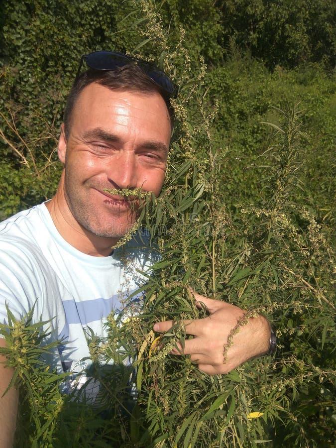 El hombre caucásico feliz hace el selfie imagenes de archivo