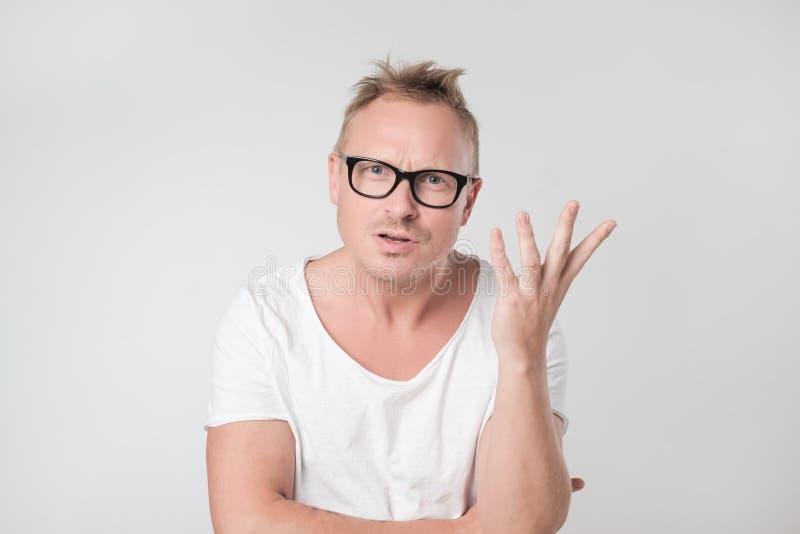 El hombre caucásico joven está defendiendo su punto de vista imagenes de archivo