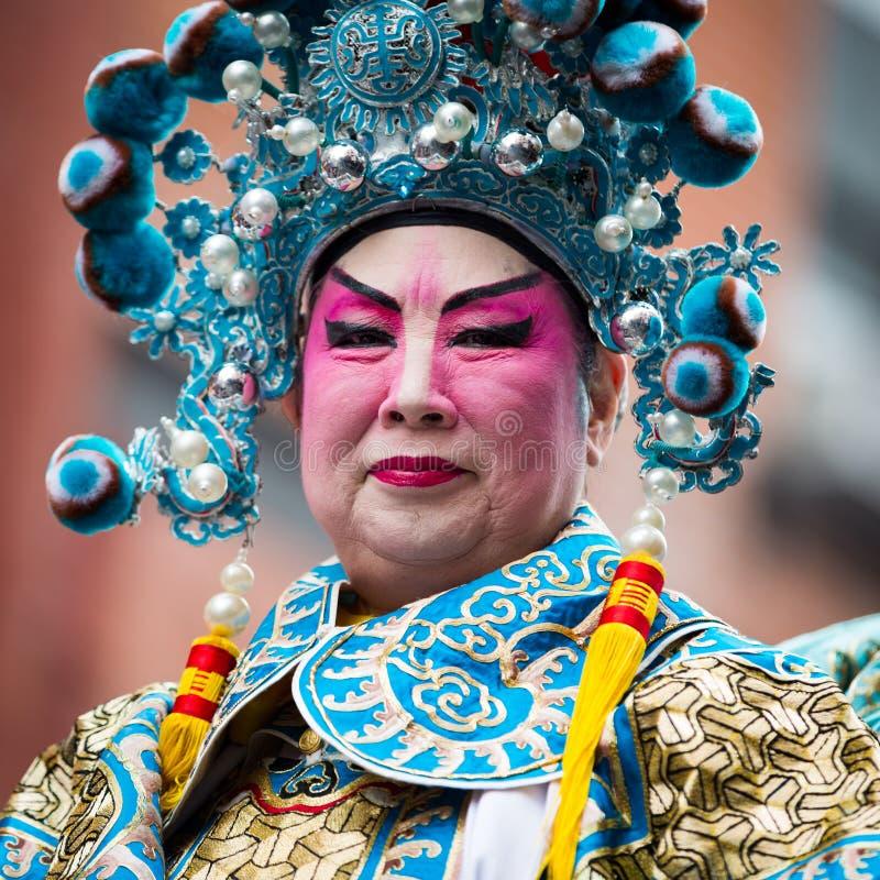 El hombre chino desfila en el festival del Año Nuevo de los lomos imagen de archivo