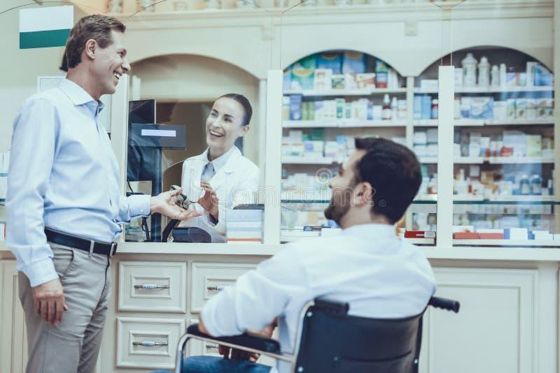 El hombre compra medicamentos en farmacia fotografía de archivo