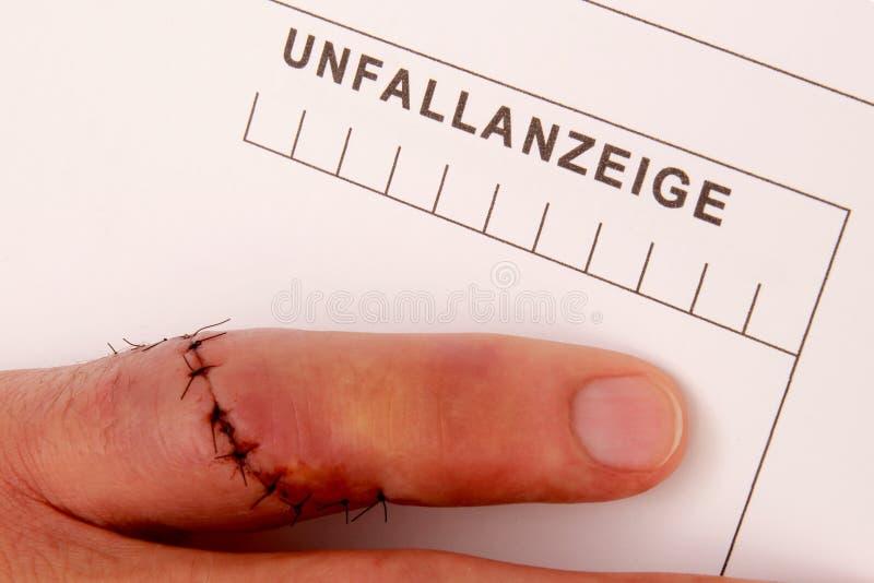 El hombre con el finger needled completa un informe de accidente fotografía de archivo