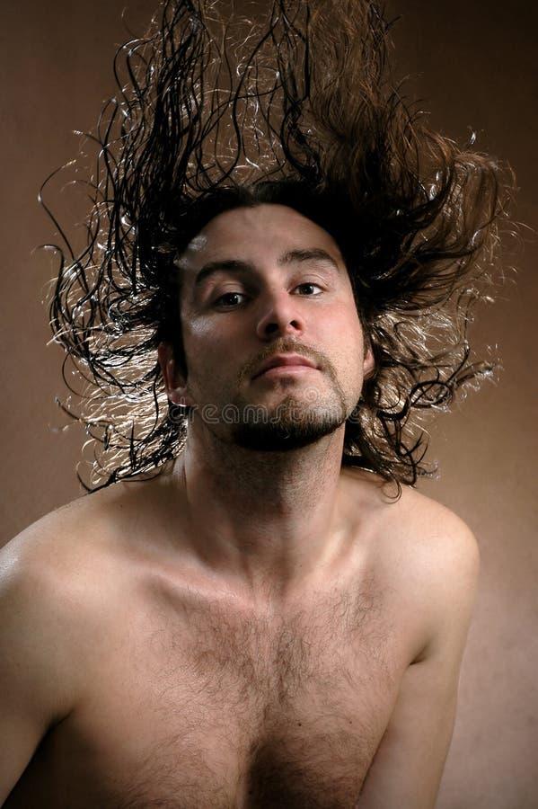 El hombre con el pelo del vuelo fotos de archivo