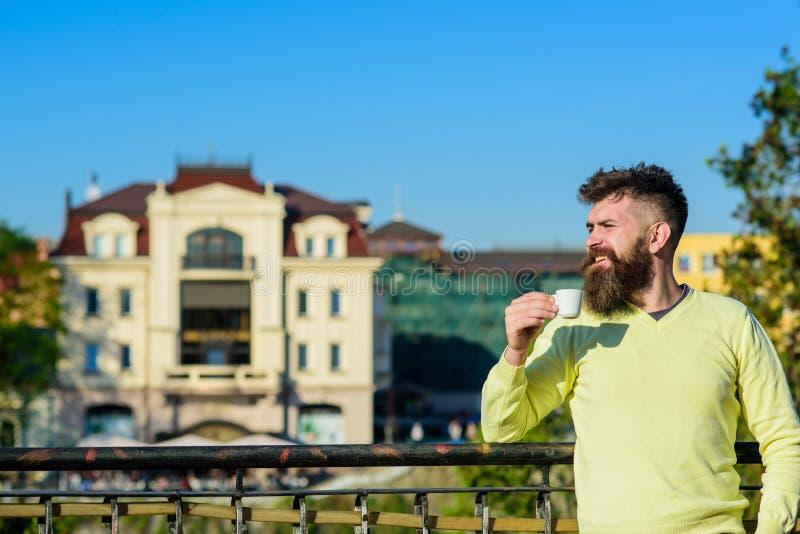 El hombre con la barba larga goza del café Concepto del ritual de la mañana Hombre barbudo con poca taza, café de las bebidas Hom imágenes de archivo libres de regalías