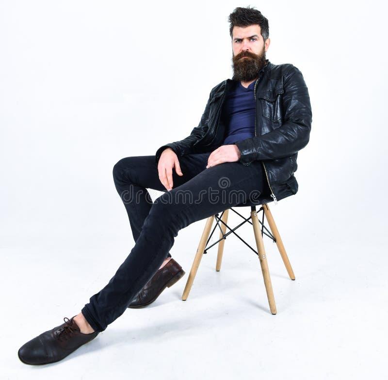 El hombre con la barba y el bigote en cara estricta mira la cámara Ropa de caballero y concepto de la moda El inconformista parec imágenes de archivo libres de regalías