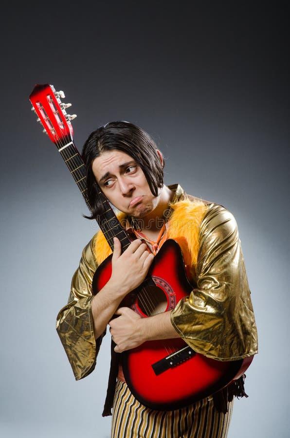 El hombre con la guitarra imagen de archivo
