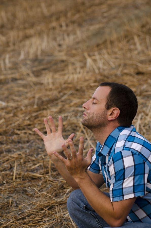 El hombre con las manos levantó en la adoración y la alabanza imagen de archivo