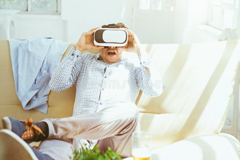 El hombre con los vidrios de realidad virtual Concepto futuro de la tecnología fotos de archivo libres de regalías