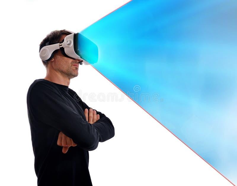 El hombre con los vidrios y los brazos de la realidad virtual cruzó projectio azul fotografía de archivo