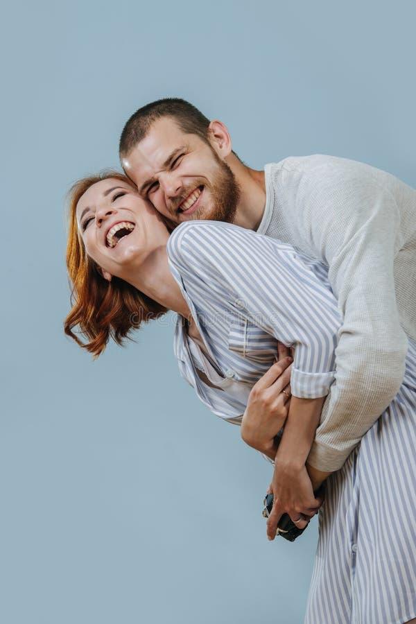 El hombre con el miembro artificial abraza a su novia de la parte posterior y están riendo foto de archivo libre de regalías