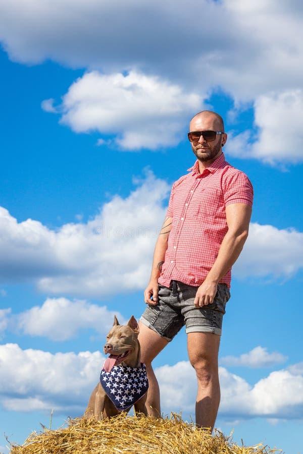 El hombre con el perro fotos de archivo