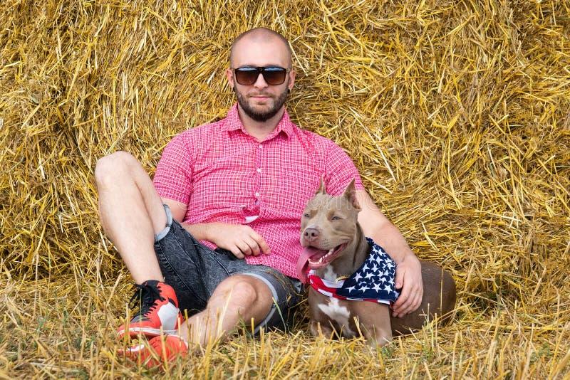 El hombre con el perro foto de archivo